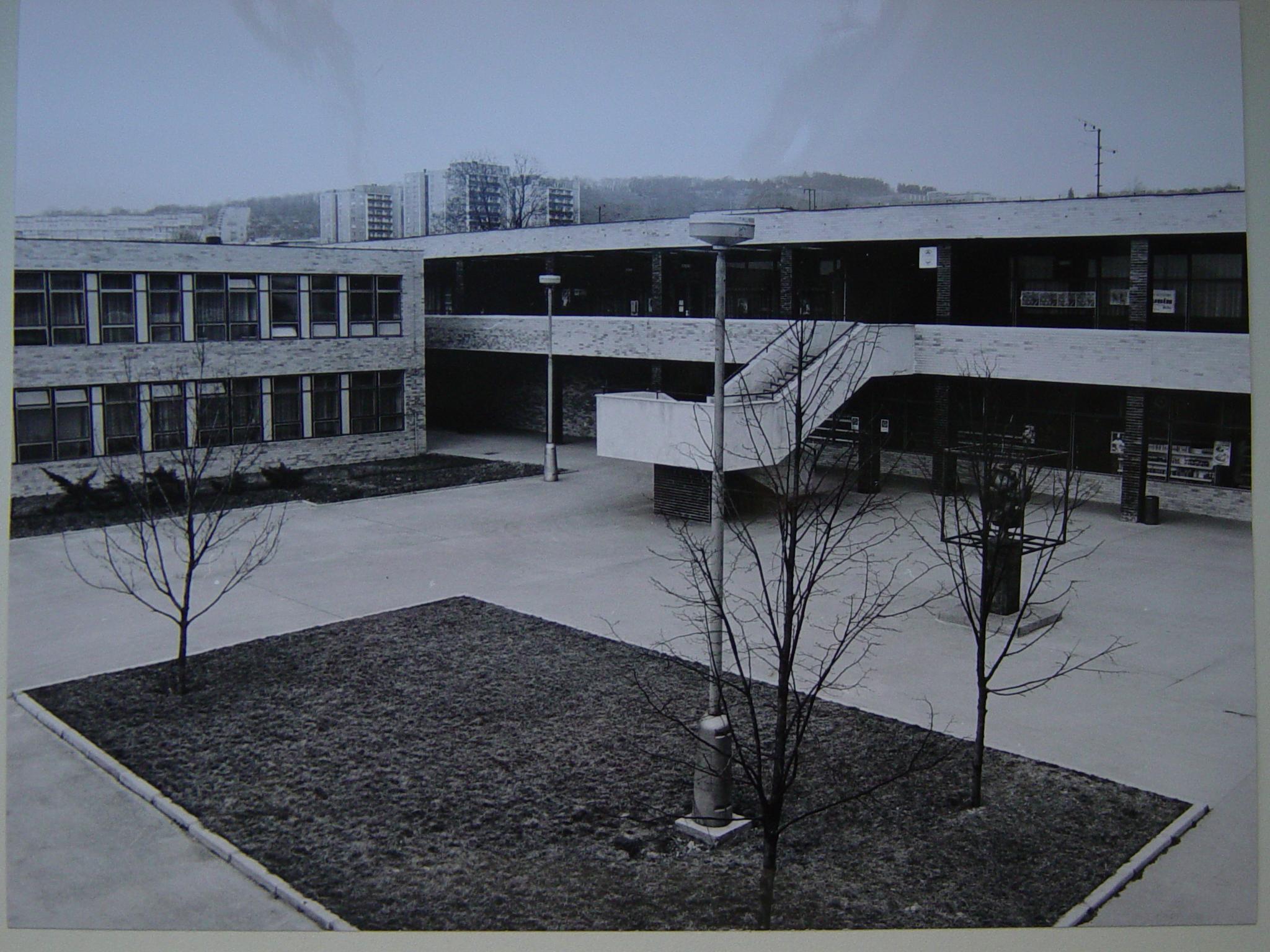 Archivní snímek budovy ZS MEDISPOL před rozsáhlou rekonstrukcí s pohledem na prostory tehdejšího Společenského centra RUBÍN